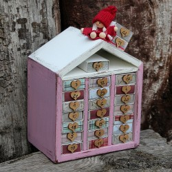 Dřevěný adventní kalendář domeček růžový
