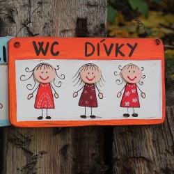 Dřevěná cedulka WC dívky