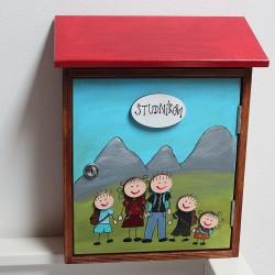 Poštovní schránka NA ZAKÁZKU - turistická rodinka