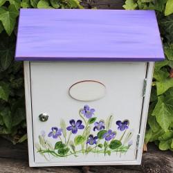 Malovaná poštovní schránka - fialky