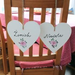 Svatební cedulka na židli - malované srdce ženich / nevěsta