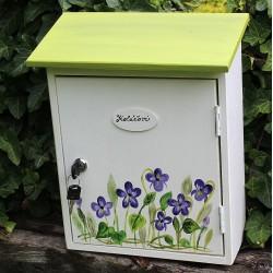 Malovaná poštovní schránka s vůní fialek