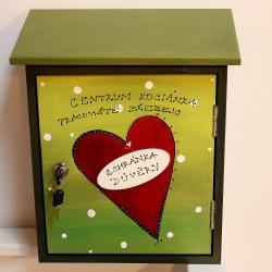 Malovaná poštovní schránka důvěry - srdce