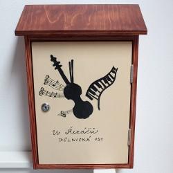 Malovaná dřevěná poštovní schránka - muzikanti